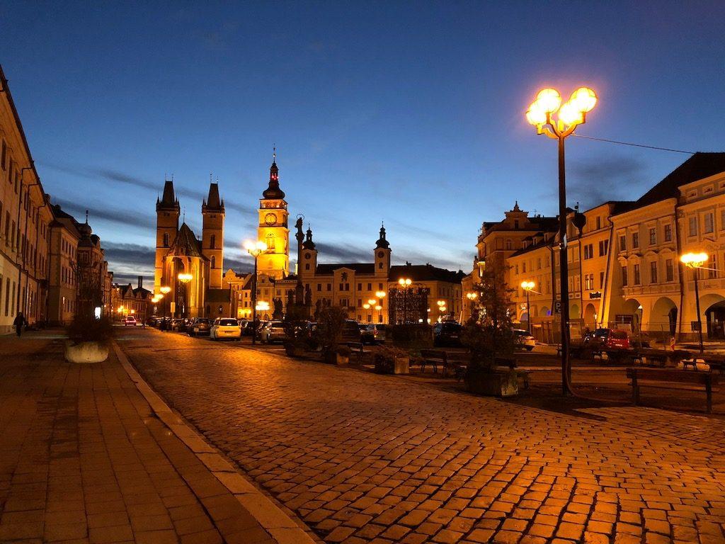 Hradec Králové (duży rynek) wieczorową porą