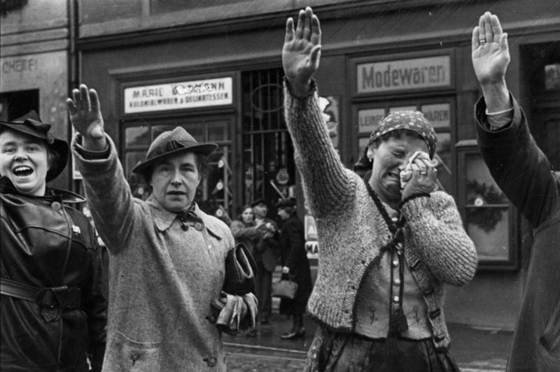 Sudeccy Niemcy entuzjastyczne witają wkraczające wojska niemieckie – Źródło: das Bundesarchiv