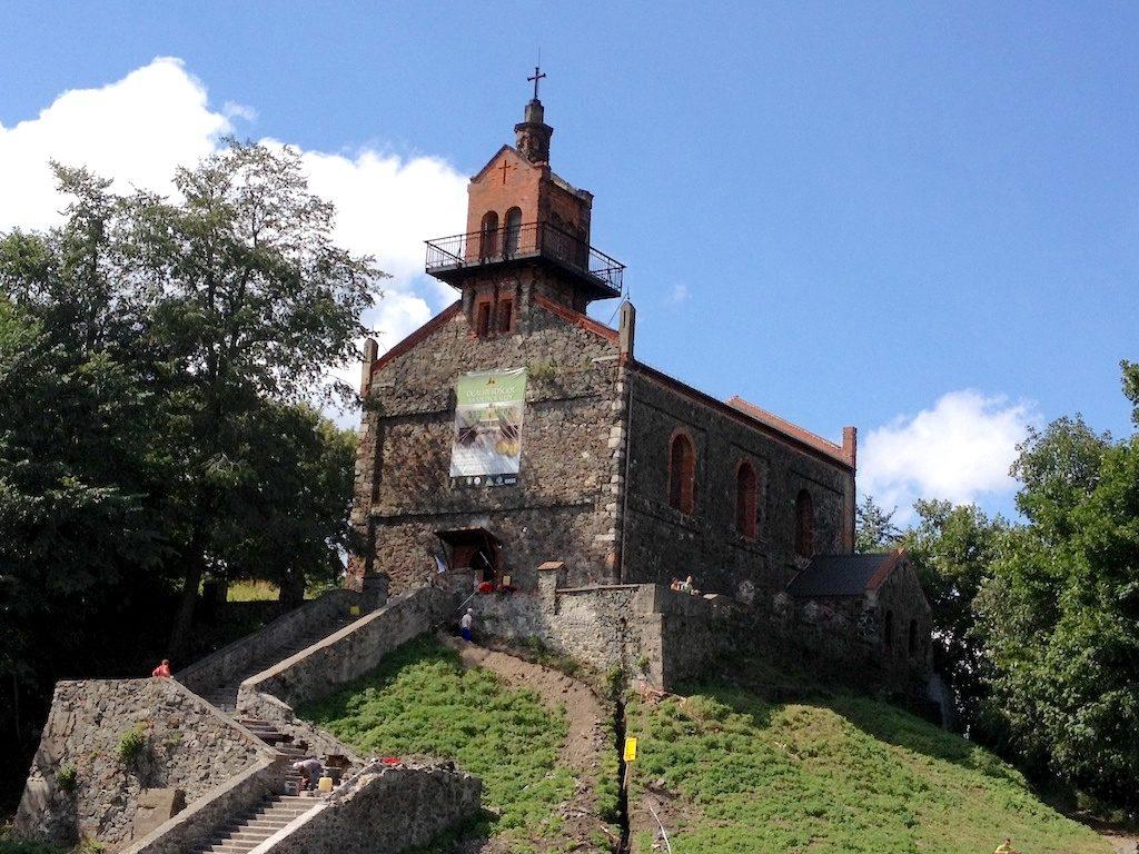 Ślężański zamek znajdował się w miejscu, gdzie dziś stoi nieduży kościół