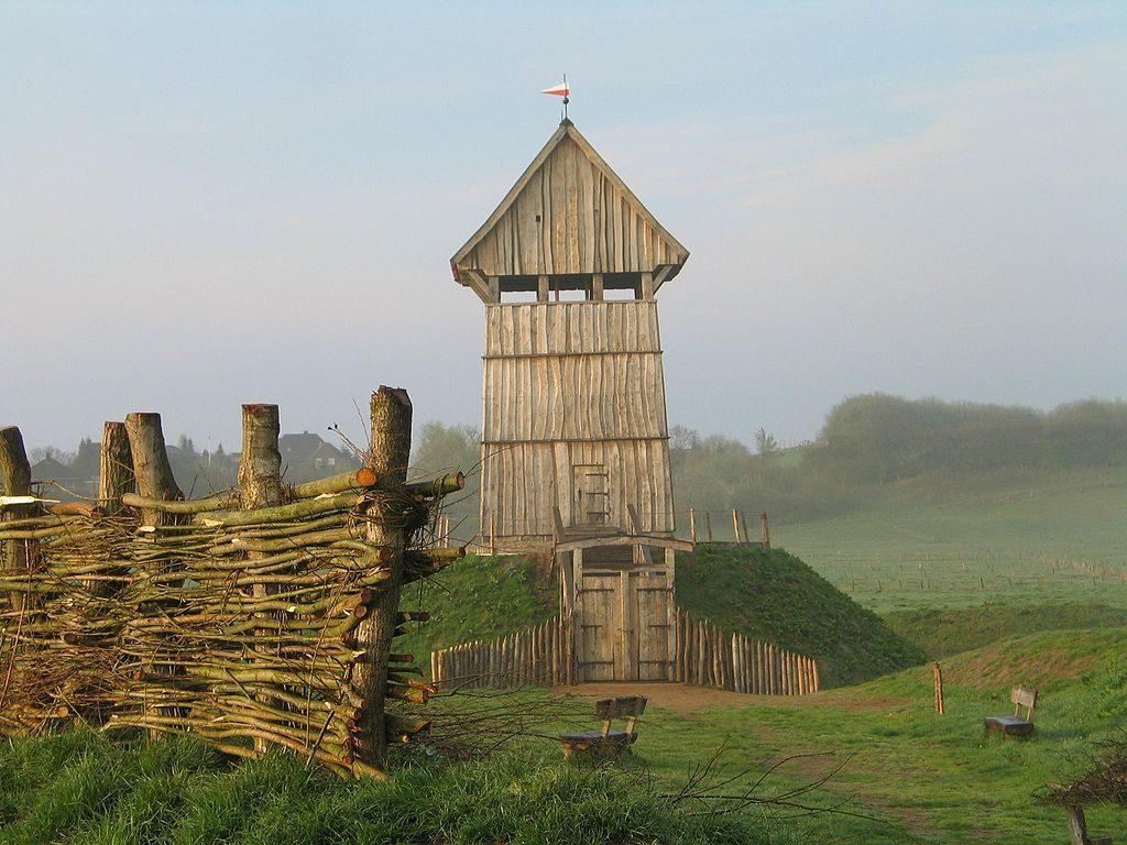 """Rekonstrukcja rezydencji typu """"motte"""" w Lütjenburg (Niemcy) – Źródło: commons.wikimedia.org"""