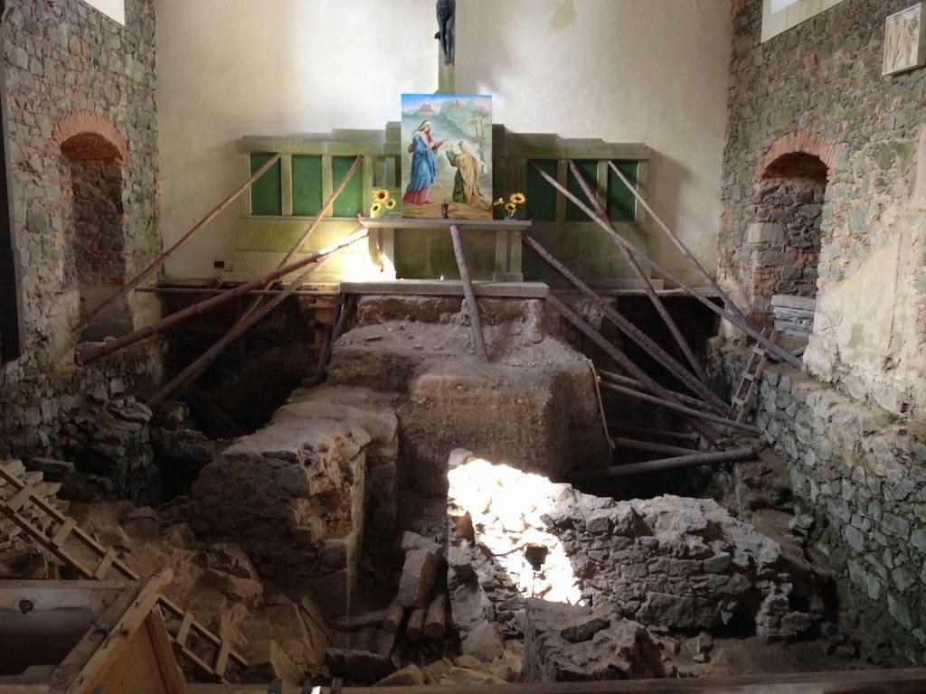 Odkryte relikty zamkowych murów w posadzce kościoła