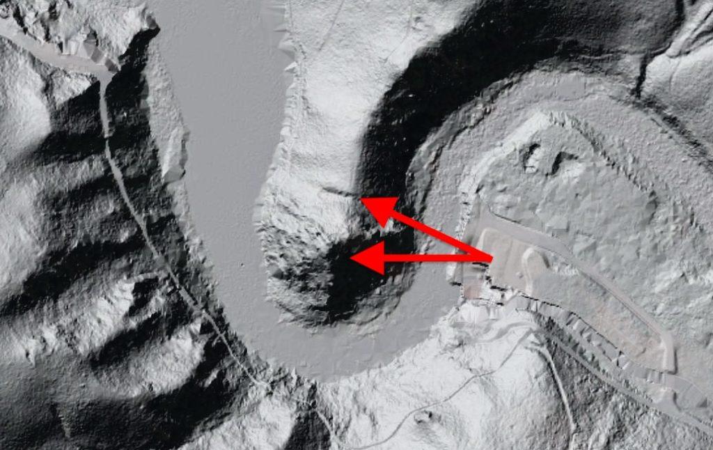 Zamek w Borowym Jarze został wybudowany na skalnym cyplu w zakolu Bobru, na obrazie LIDAR widać jeszcze wyraźnie sztuczne odcięcie cypla (sucha fosa?) – Źródło: Geoportal.gov.pl