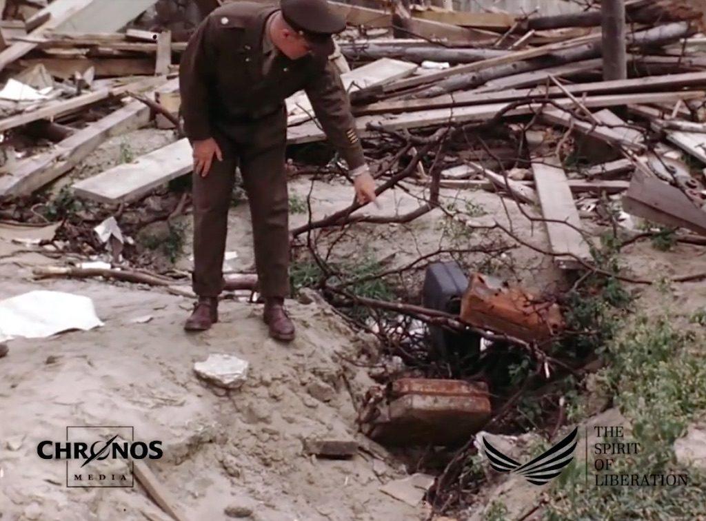 Jeżeli się nie mylę ujęcia poprzedzające tę scenę pochodzą z Nowej Kancelarii Rzeszy, a tu amerykański żołnierz wskazuje domniemane miejsce spalenia zwłok Adolfa Hitlera – Żródło: YouTube / chronoshistory