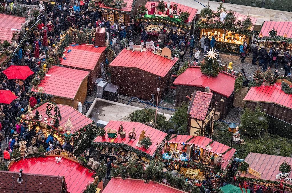Jarmark Bożonarodzeniowy w Dreźnie to setki świątecznych stoisk – Foto: Adrian Sitko