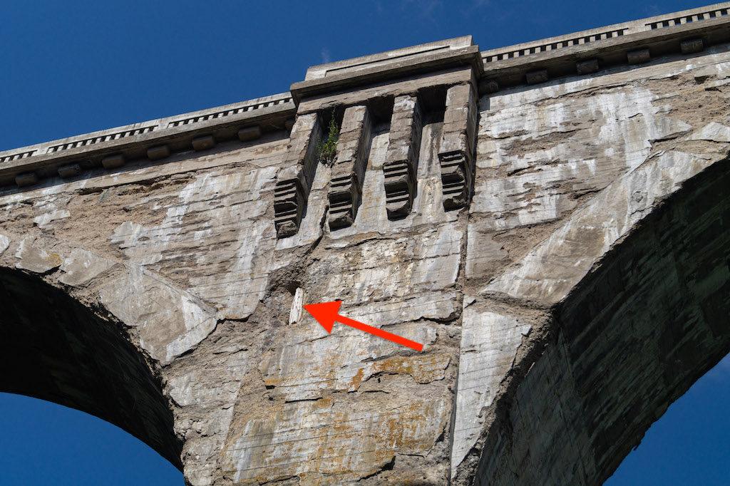 Belka wtopiona w konstrukcję jednego z mostów to prawdopodobnie pozostałość po szalunku