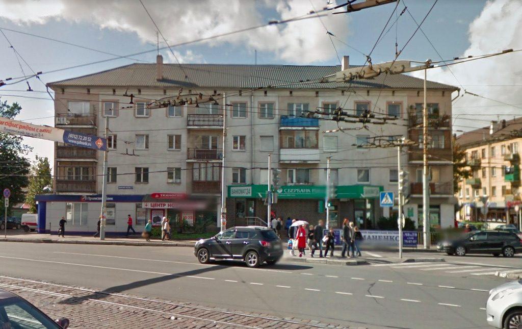 Ten sam budynek przed przebudową elewacji – Źródło: Google Street View