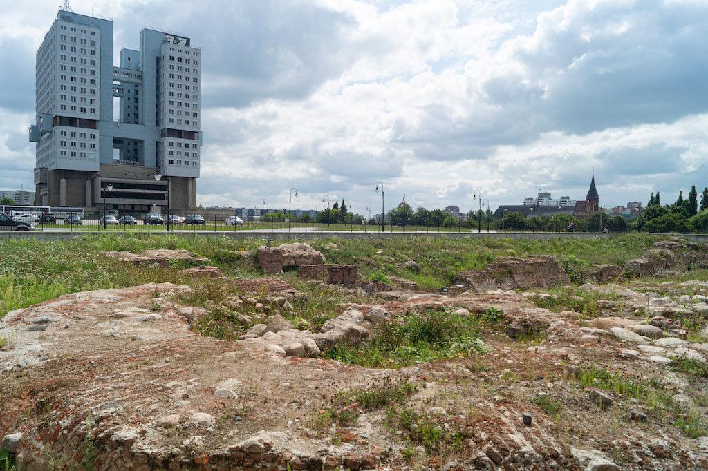 Resztki zamkowych murów i Dom Sowietów