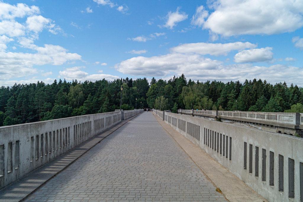 Na mostach pojawiła się kostka brukowa i latarnie