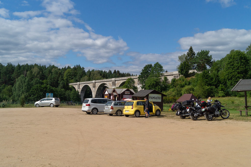 Przed mostami jest duży parking, można kupić pamiątki i zapiekanki
