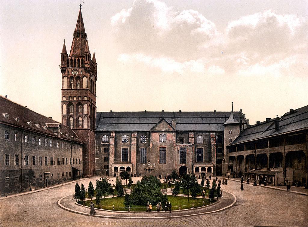 Dziedziniec oraz kościół zamkowy