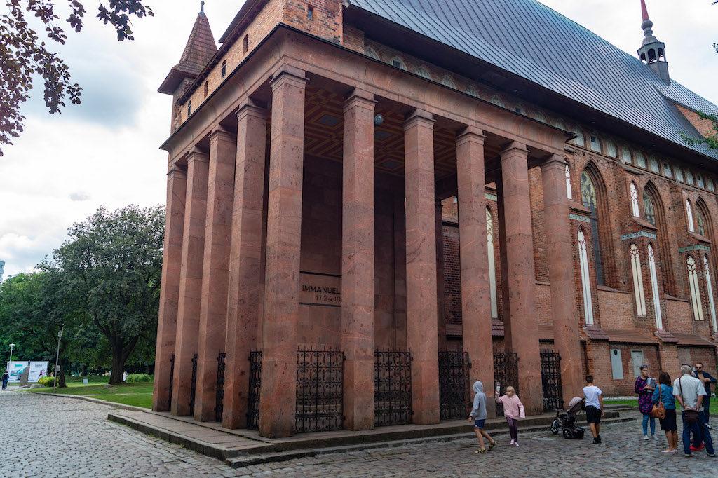 Przy katedrze znajduje się grób niemieckiego filozofa Immanuela Kanta