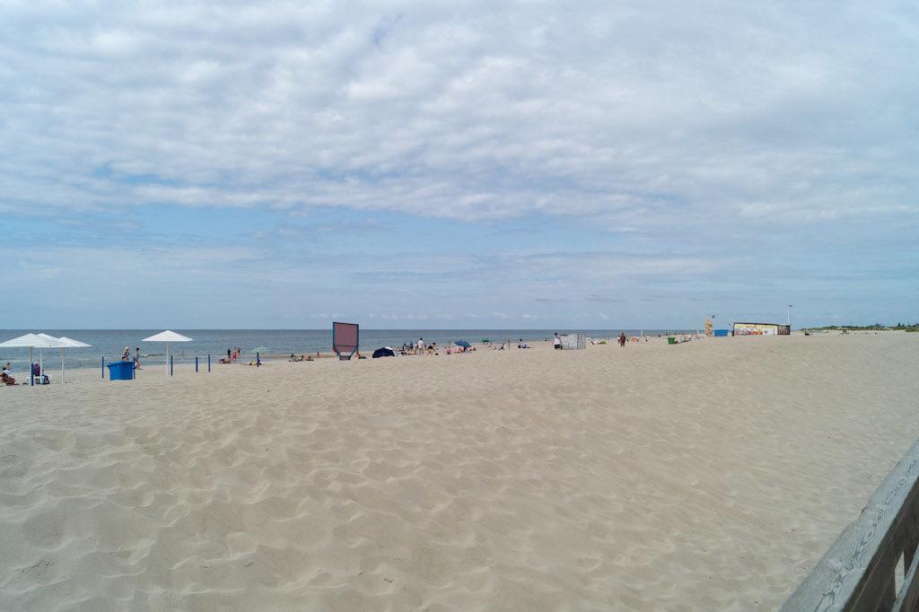 Jantarnyj posiada piękne, szerokie i piaszczyste plaże, nie zawalone parawanami