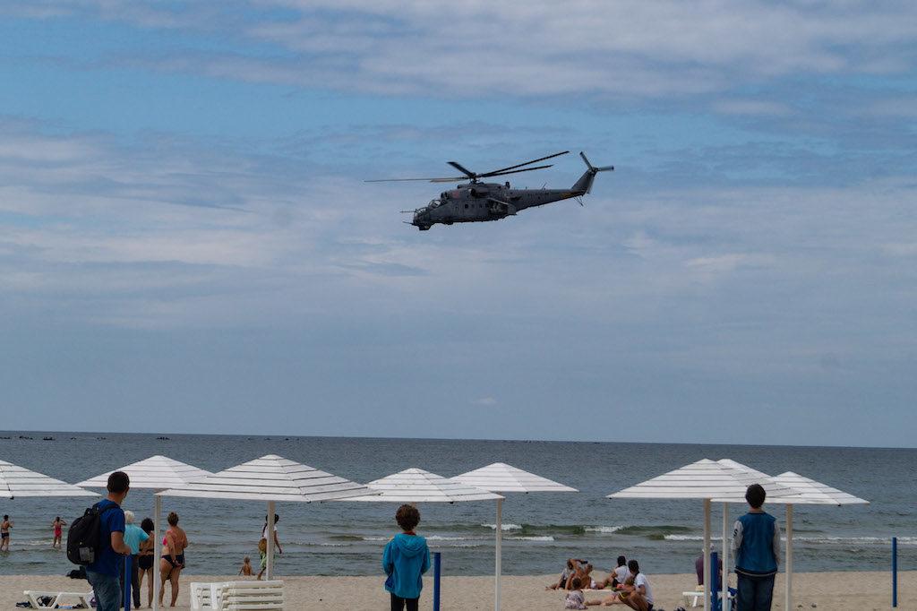 Wojskowy śmigłowiec Mi-24 nad głowami plażowiczów przypomina, że obwód to również silnie zmilitaryzowana strefa