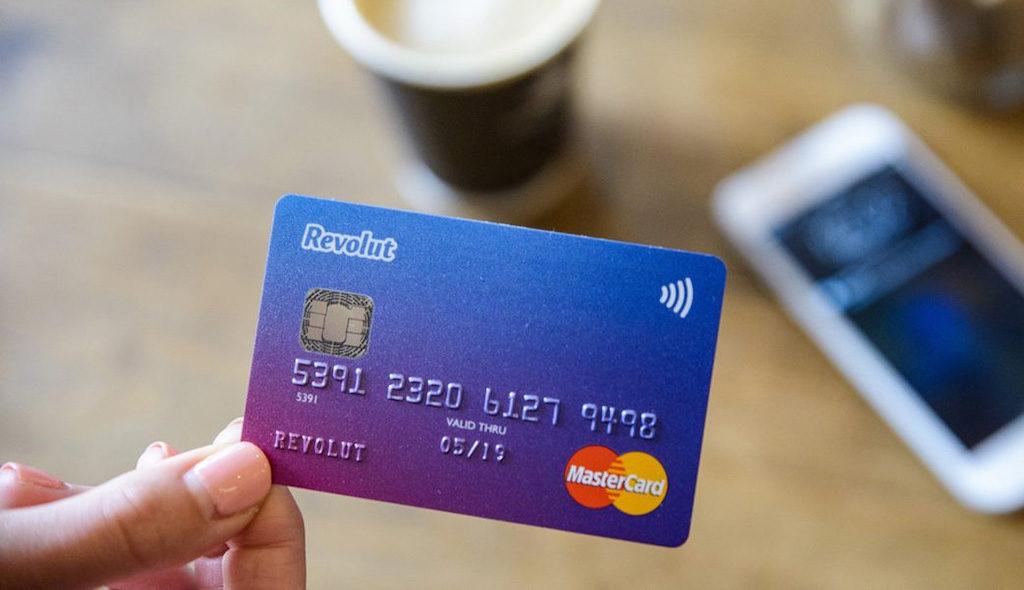 Za niewielką opłatą możemy zamówić fizyczną kartę Revolut, która da nam możliwość dokonywania wypłat z bankomatów za granicą