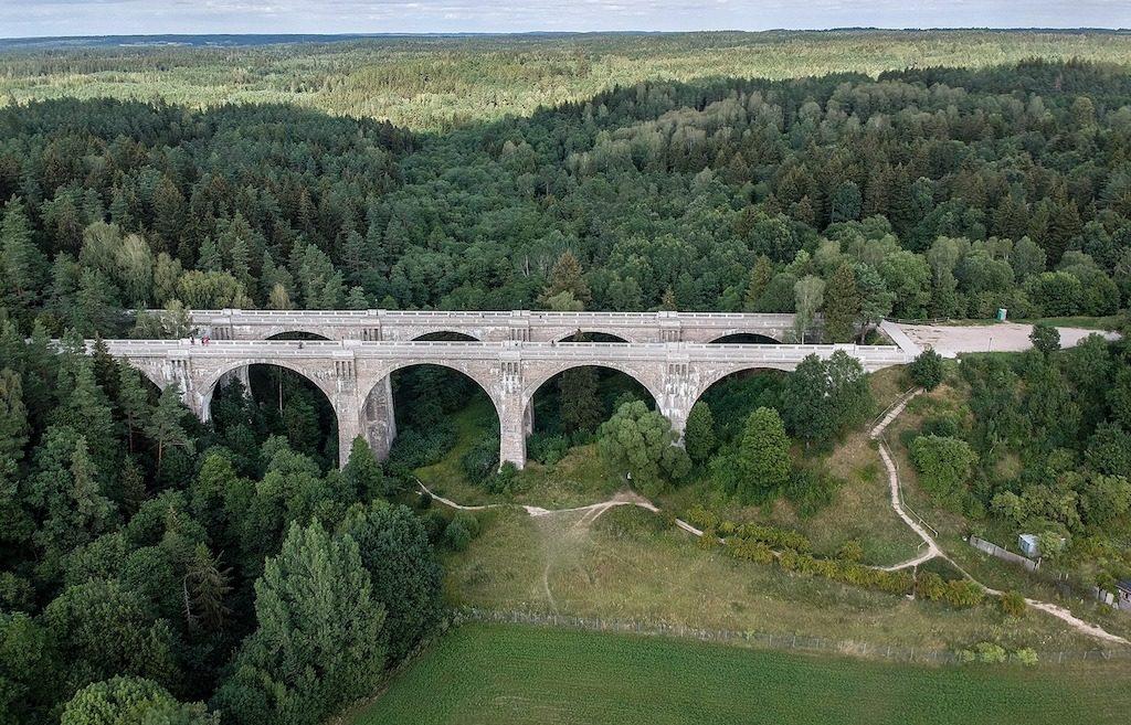 W tle za mostami widoczna jest Puszcza Romincka – Foto: Adrian Sitko