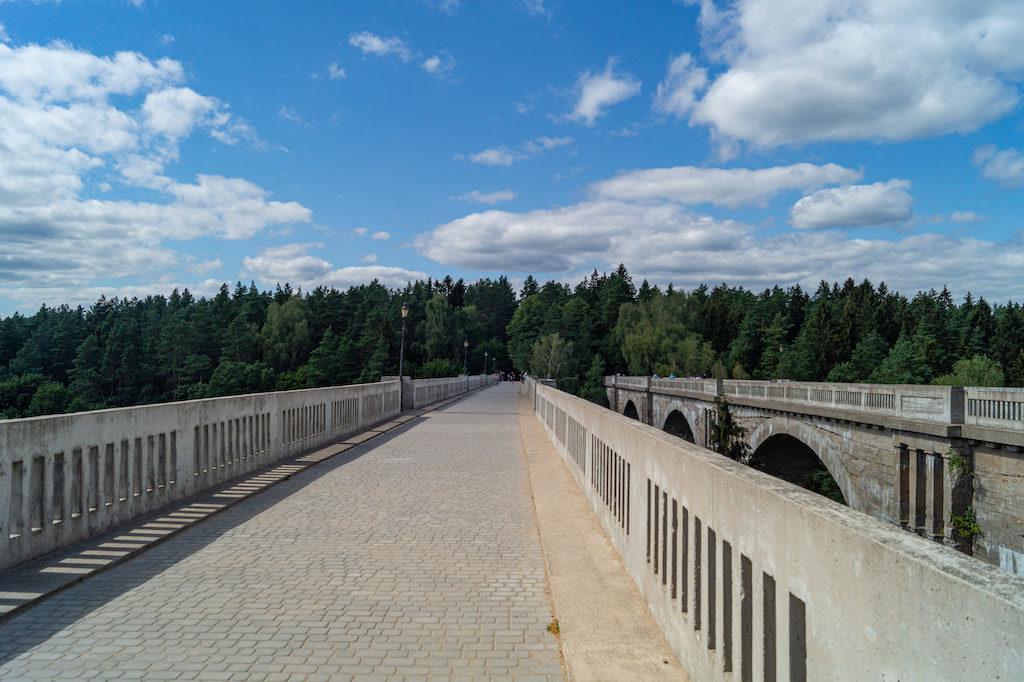 Po lewej stronie most młodszy, po prawej starszy