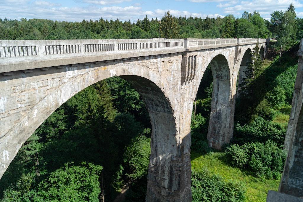 Pociąg jeździł tylko po moście starszym (północnym), który widoczny jest na tym zdjęciu