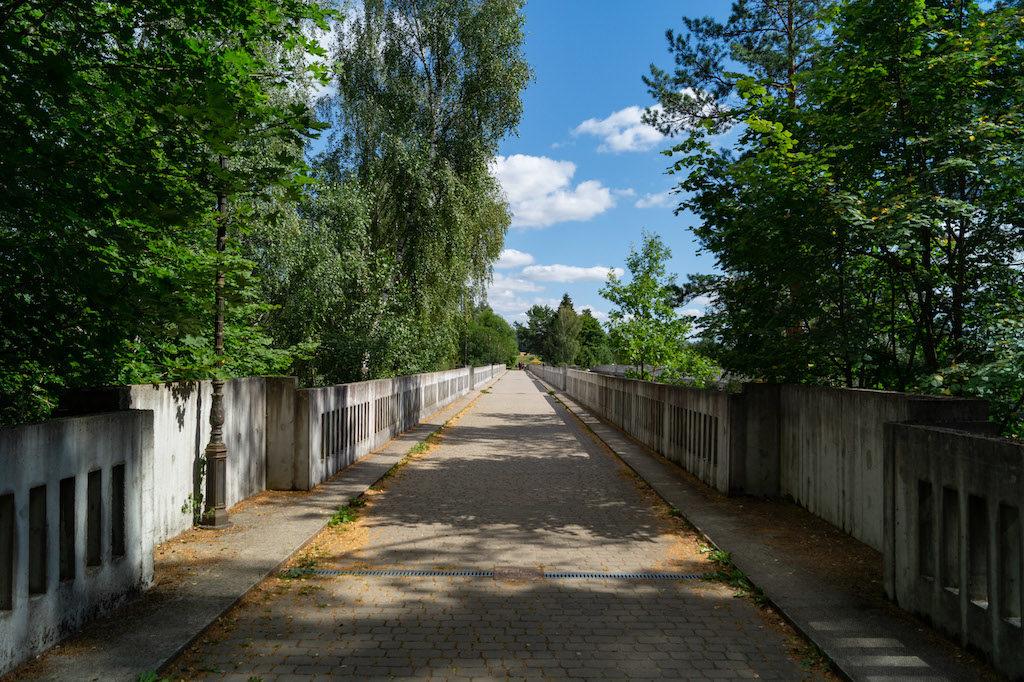 Widok na starszy most od drugiej strony, tędy jeździły przed wojną pociągi