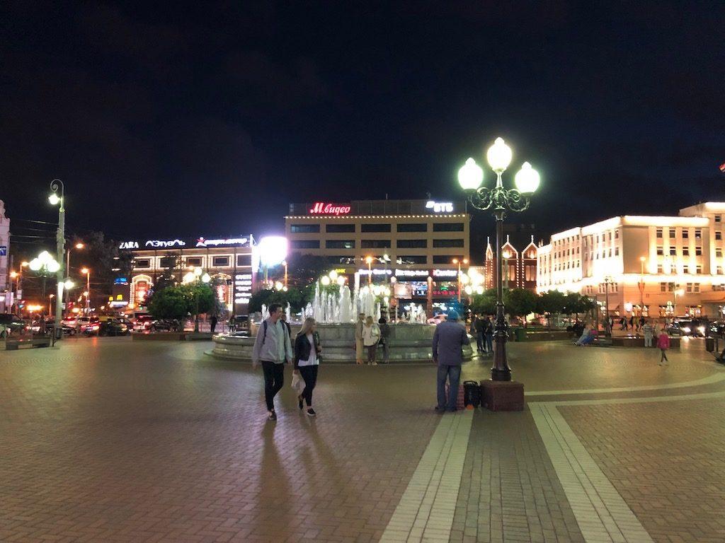 Na placu Zwycięstwa toczy się nocne życie Kaliningradu