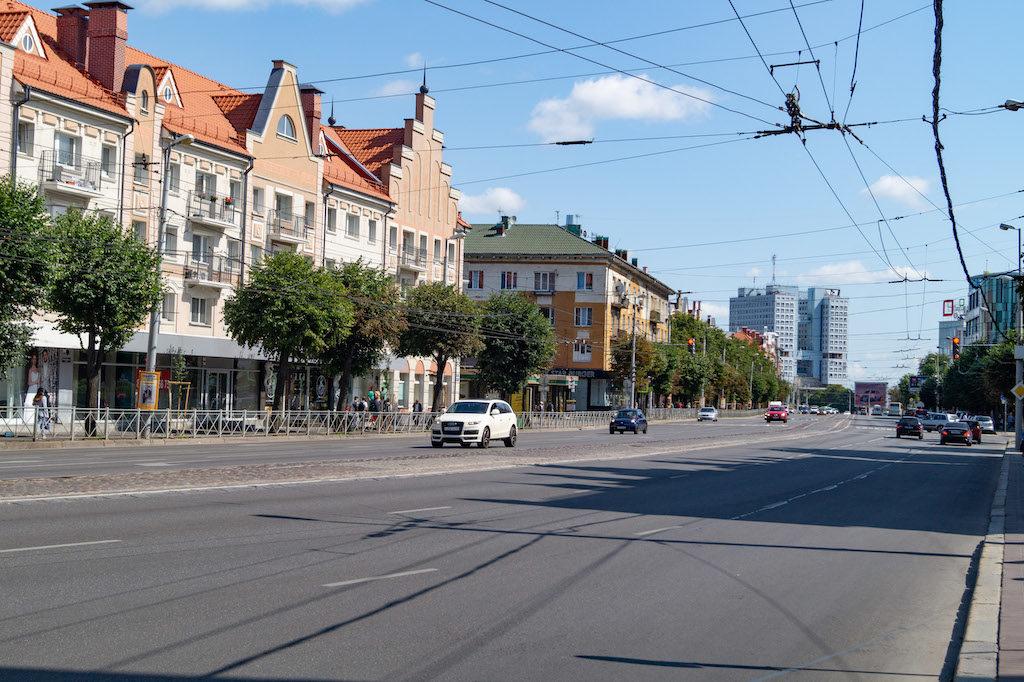 Prospekt Lenina – W Kaliningradzie dominują szerokie ulice, dużo przestrzeni i zieleni