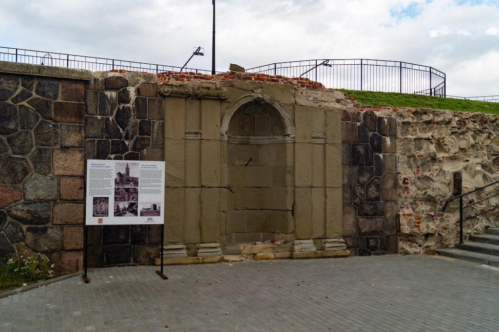 Zachowała się jedna z nisz, w której stał pomnik Fryderyka Wilhelma I