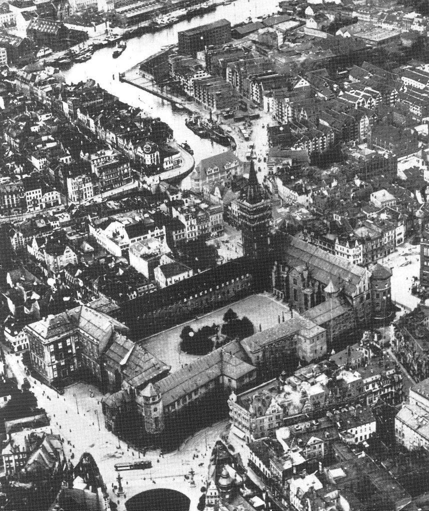 Przedwojenne zdjęcie lotnicze zamku z 1925 roku