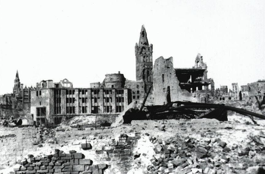 Zniszczony zamek po 1945 roku