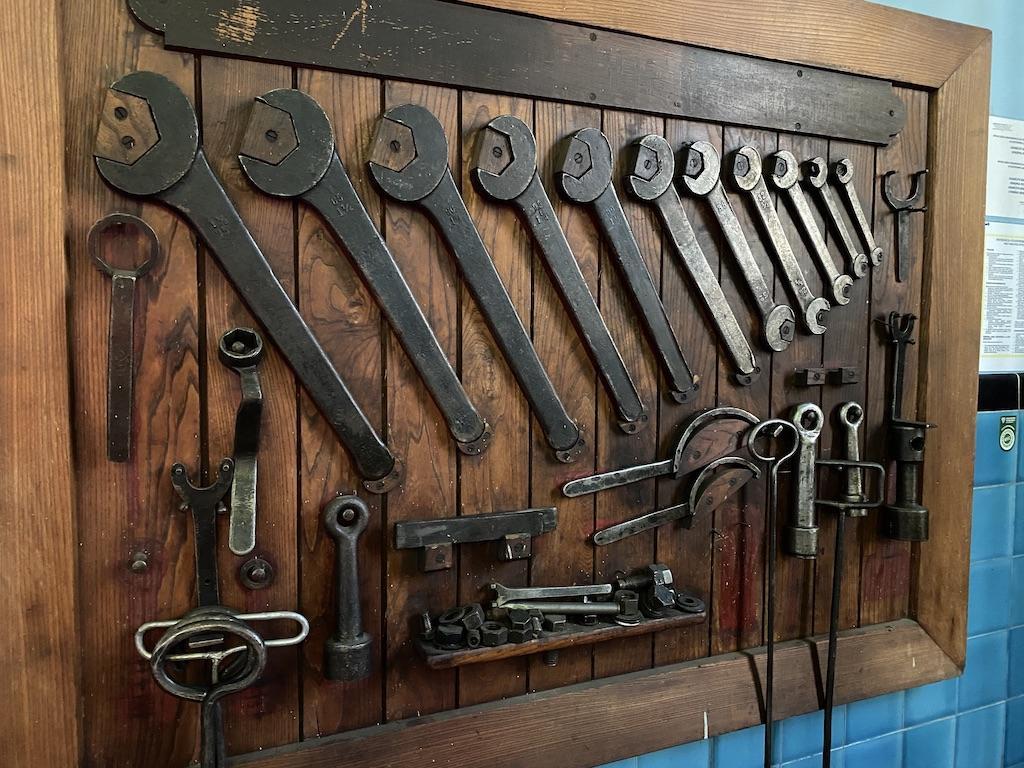 Zestaw oryginalnych kluczy do serwisowania turbozespołów zachował się do dziś