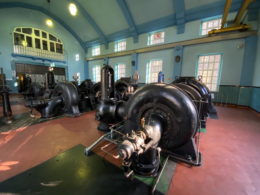 Główne pomieszczenie elektrowni, w którym znajdują się trzy zabytkowe turbozespoły