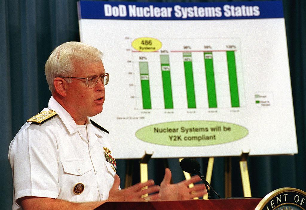 Admirał Richard W. Mies przekonuje, że amerykański arsenał broni nuklearnej będzie gotowy na zderzenie z problemem Y2K (pluskwy milenijnej) – Foto: R. D. Ward Źródło: U.S. Department of Defence