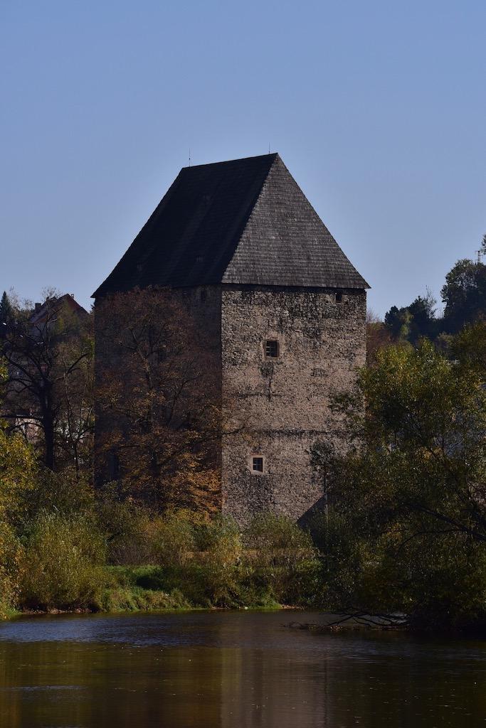 Wieża mieszkalna w Siedlęcinie koło Jeleniej Góry z jedynym na świecie, zachowanym in situ, przedstawieniem sir Lancelota z Jeziora – Foto: Dariusz Sekuła Źródło: sekulada.com
