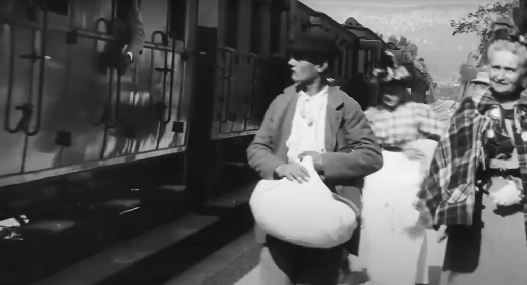 """Kadr z filmu """"Wjazd pociągu na stację w La Ciotat"""" – Słynny film braci Lumière"""