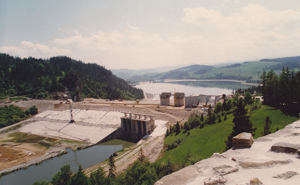 Budowa zapory w Niedzicy w 1994 roku – Autor: Happa Źródło: wikimedia.org
