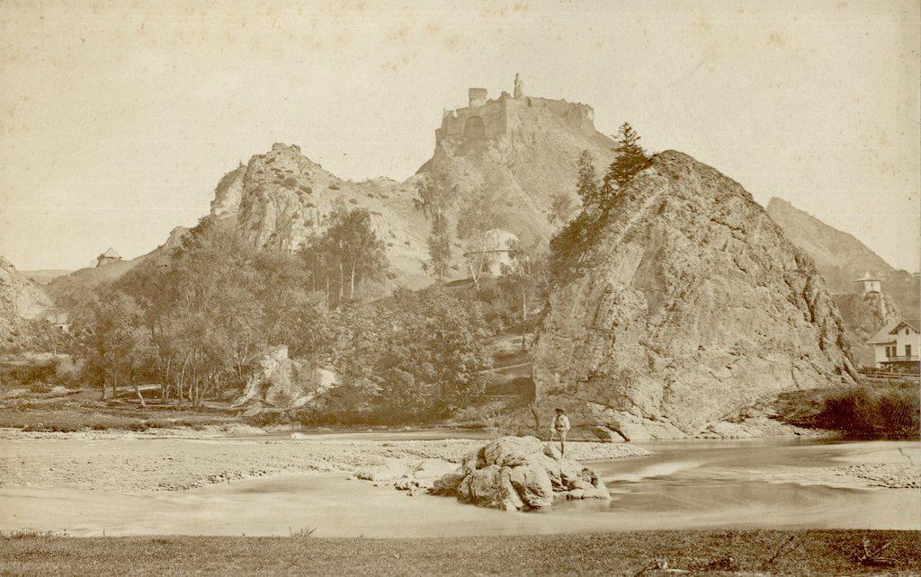 Fotografia przedstawiająca ruiny zamku w Czorsztynie w latach 70. XIX wieku – Źródło: polona.pl