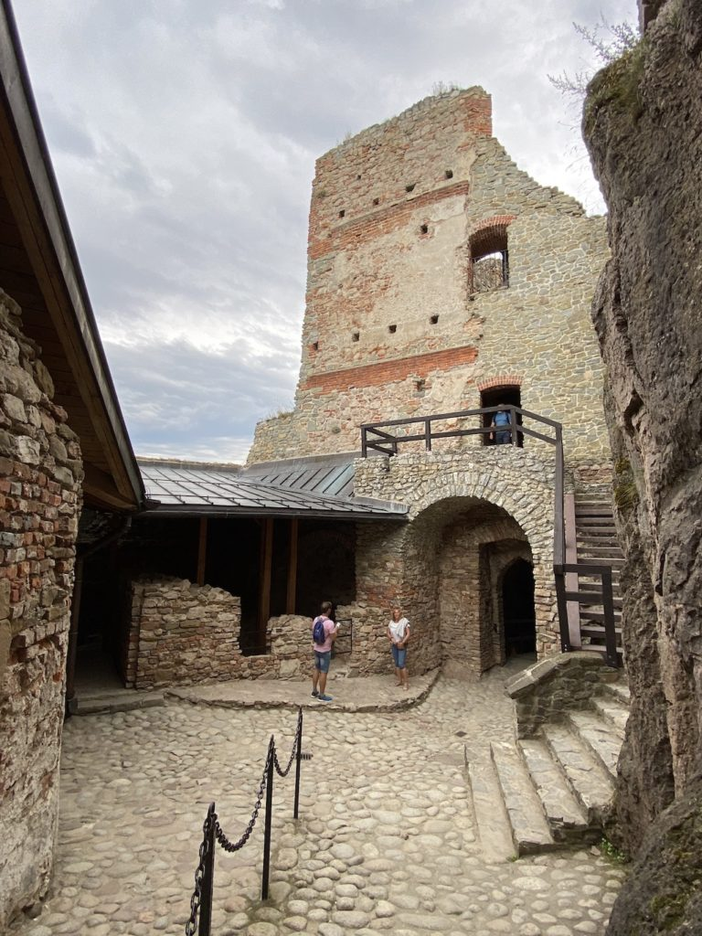 Dziedziniec i przejście do zamku górnego