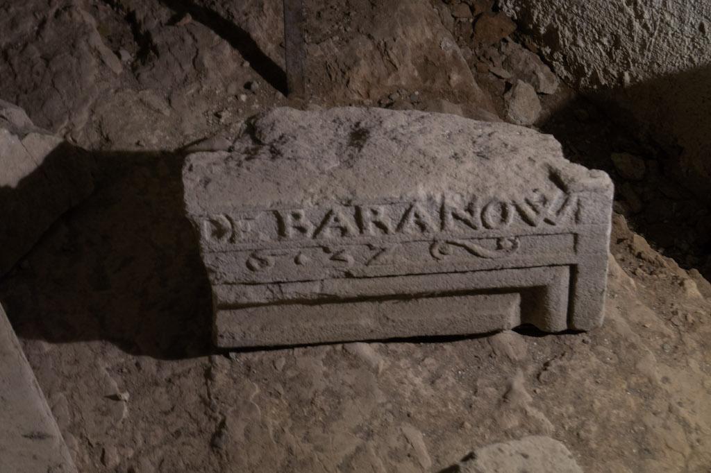 Fragment nadproża z nazwiskiem starosty Baranowskiego