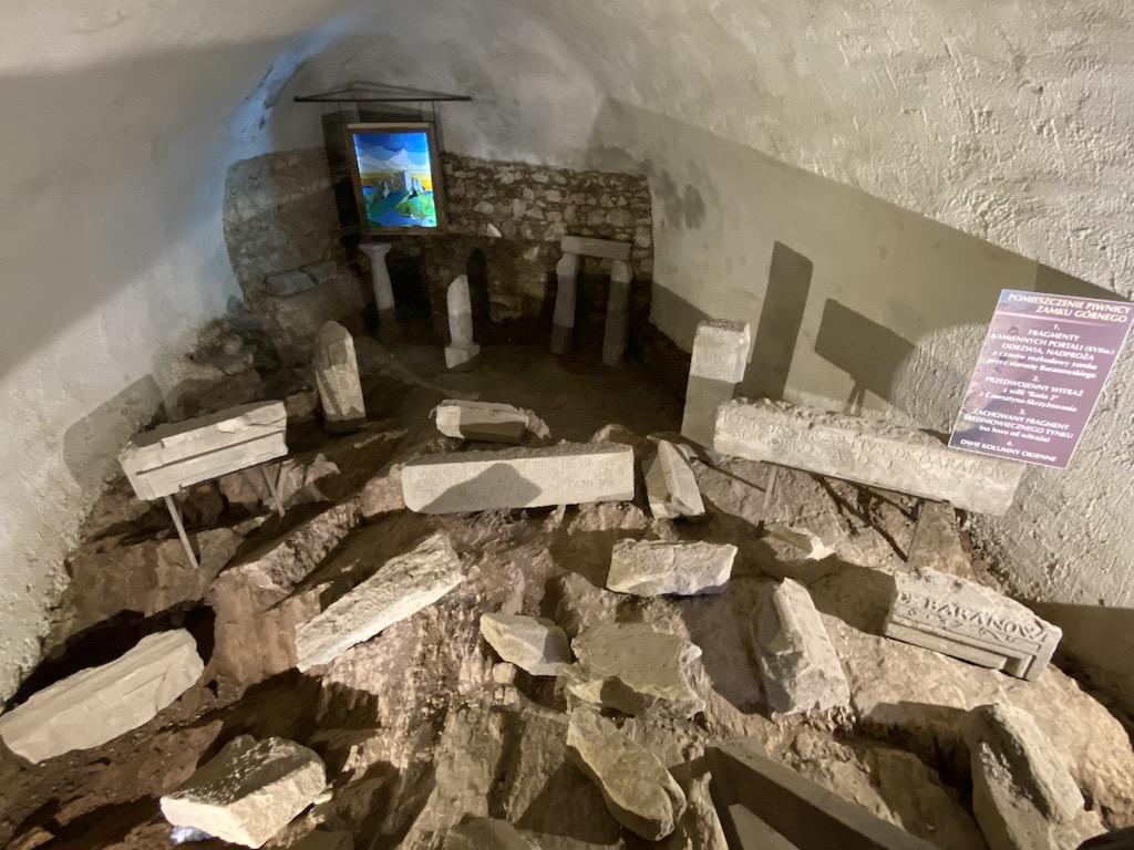 W pomieszczeniach piwnicznych zamku górnego zorganizowano lapidarium z porozbijanych detali architektonicznych