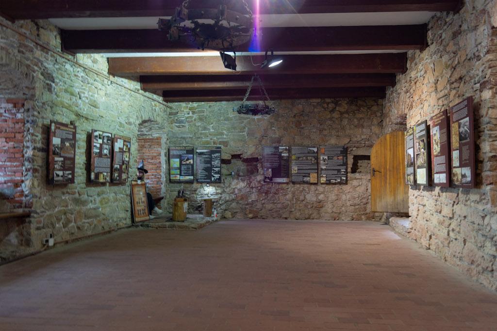 Jedną z izb zamku górnego poświęcono wystawie historycznej