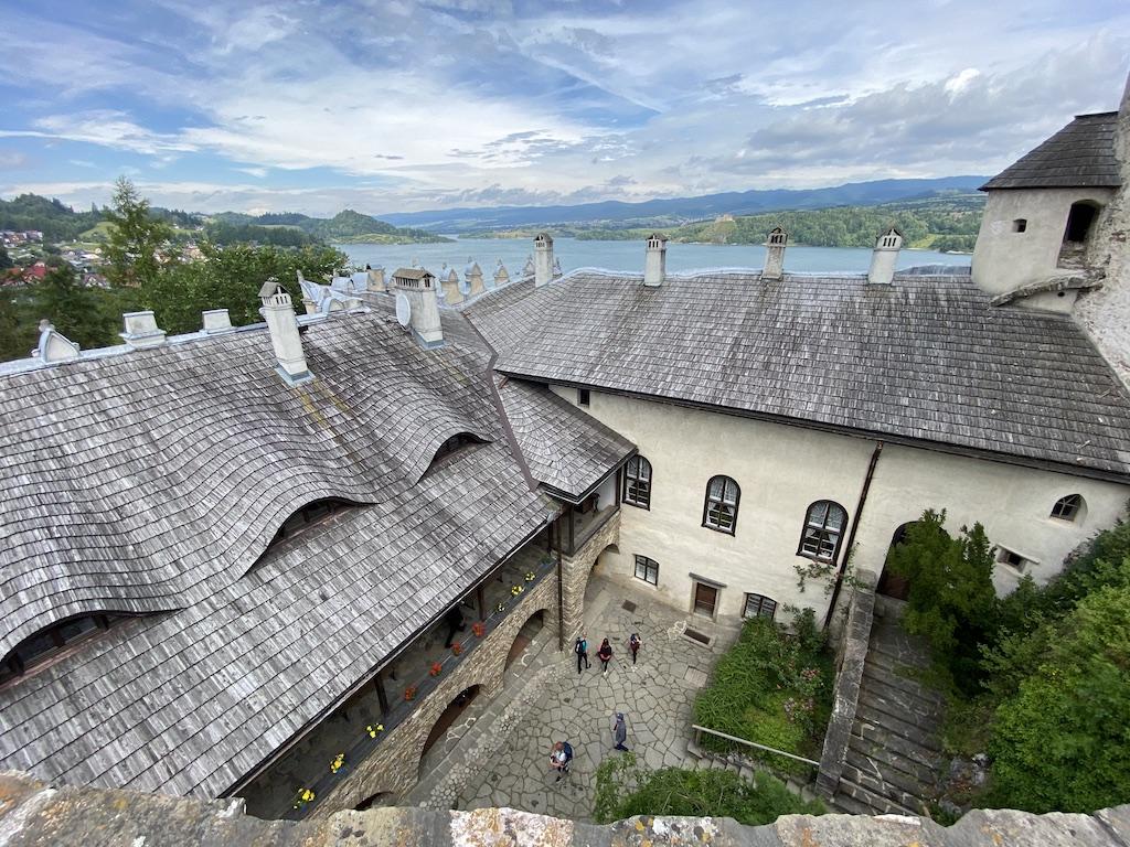 Taras widokowy zamku średniego, w tle widać Jezioro Czorsztyńskie i przeciwległy zamek w Czorsztynie