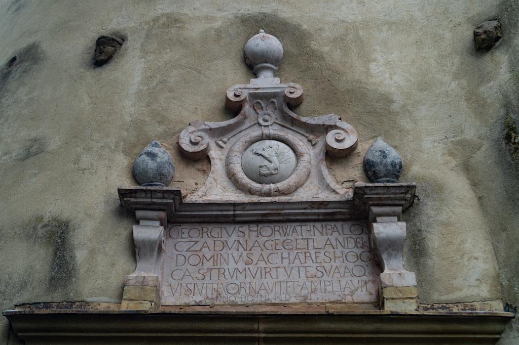 Tablica erekcyjna upamiętniającą rozbudowę zamku przez Jerzego Horwath'a