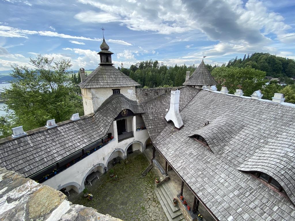Taras widokowy zamku średniego, widok na dziedziniec zamku dolnego