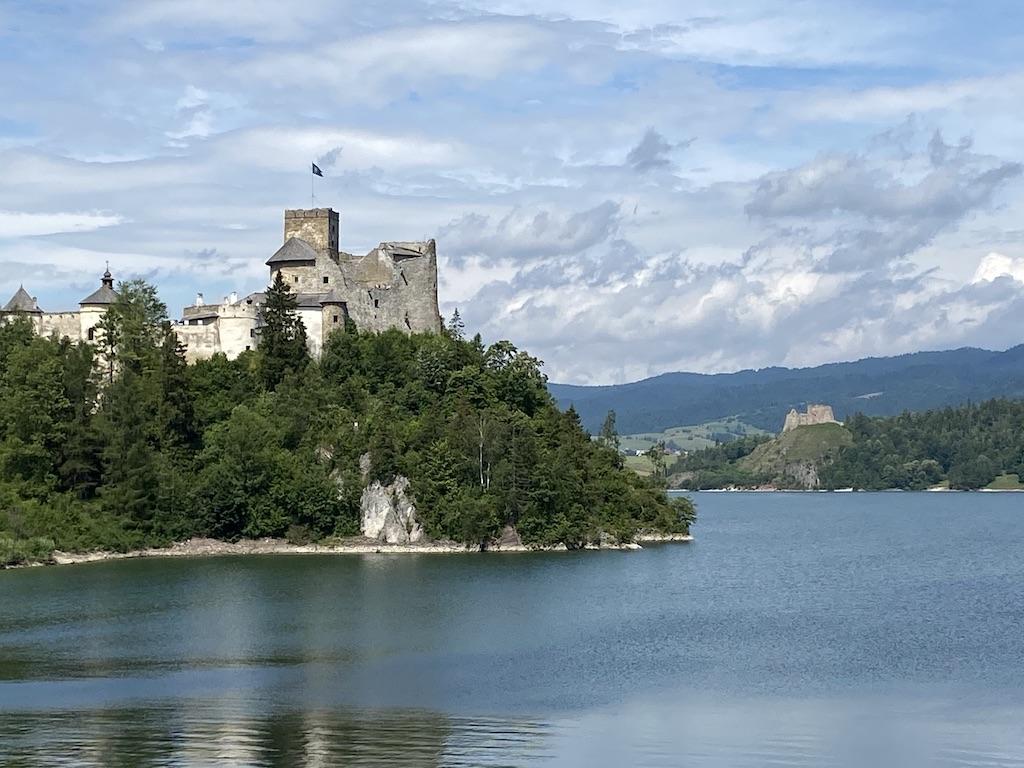 Zamki w Niedzicy (po lewej) i Czorsztynie (po prawej) widziane z korony zapory