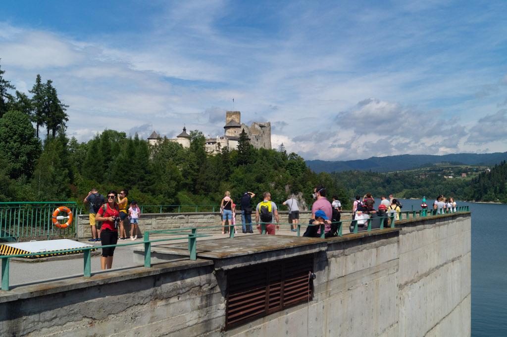 Widok na Zamek Dunajec z zapory w Niedzicy