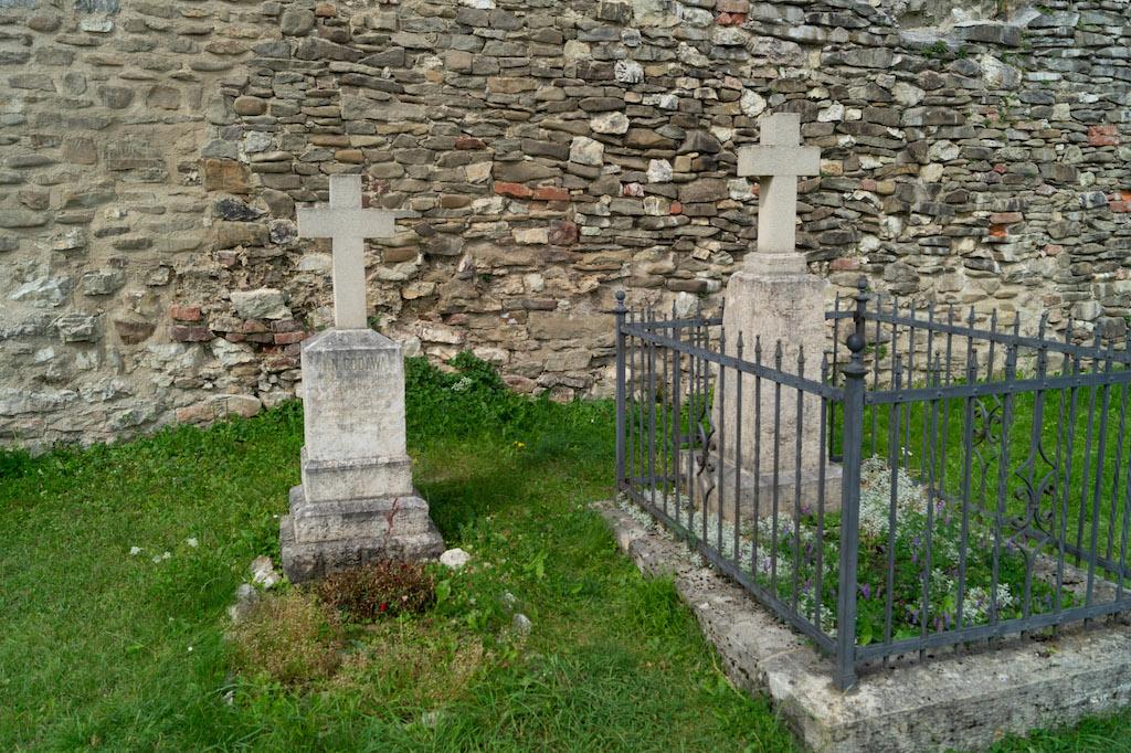 Przed kaplicą znajduje się mały cmentarz, a na nim m.in. dwa polskojęzyczne nagrobki