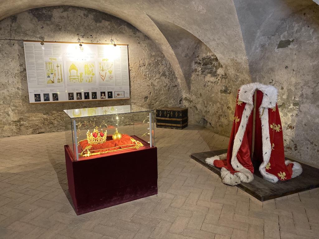 W nawiązaniu do historii zamku na wystawie pokazywane są repliki polskich klejnotów koronacyjnych