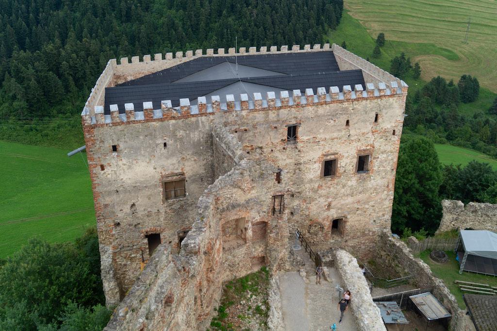 Renesansowy pałac, zachowany w formie pół ruiny, zadaszony