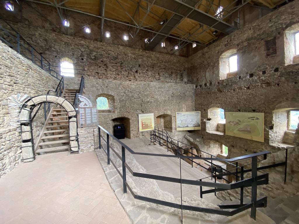 Ciekawie zaadaptowane wnętrze renesansowego pałacu