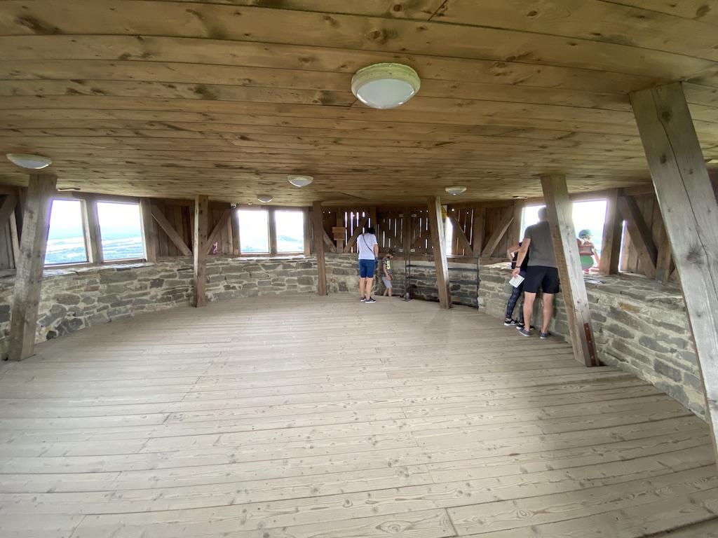 Na wieży znajduje się platforma widokowa