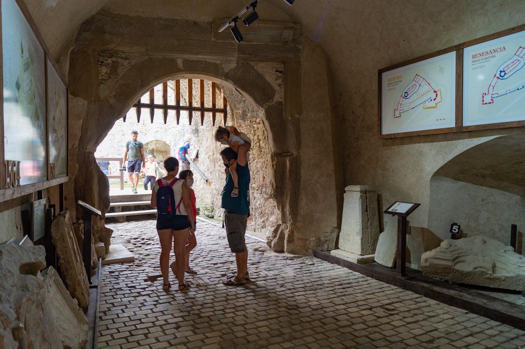 Pod bramą renesansowej wieży (tzw. bramą Bonera) zorganizowano wystawę kamiennych płyt nawiązujących do historii zamku