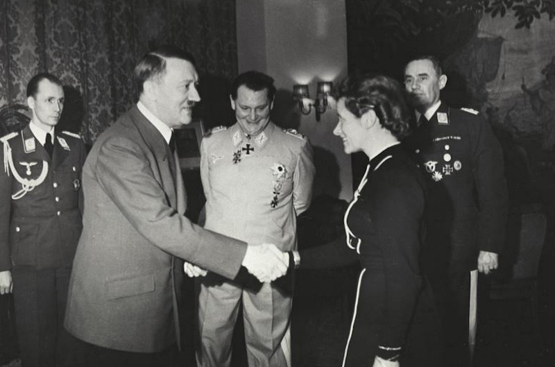 Marzec 1941 roku, Hanna Reitsch na spotkaniu u Adolfa Hitlera z okazji przyznania jej Żelaznego Krzyża II klasy – Źródło: Bundesarchiv, B 145 Bild-F051625-0295